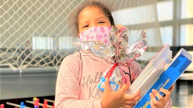 Com segurança, escolas abrem para entregar livros, jogos educativos e ovos de Páscoa
